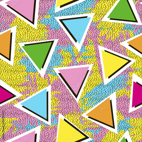 kolorowy-wzor-z-trojkatow-na-jasnym-tle-z-pociagnieciami-pedzla-lata-80-te-styl-lat-90-tych