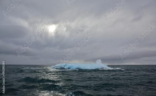 Foto op Aluminium Arctica Melting iceberg in Arctic ocean