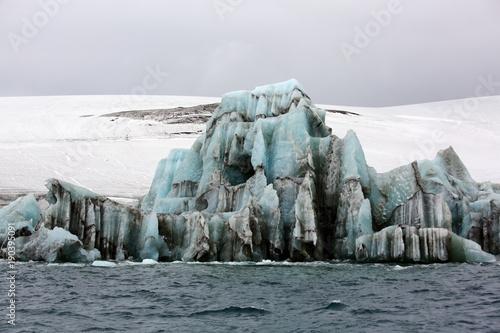 Papiers peints Arctique Melting iceberg in Arctic ocean