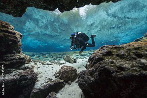 divers underwater caves diving Ginnie Springs Florida USA Fototapet