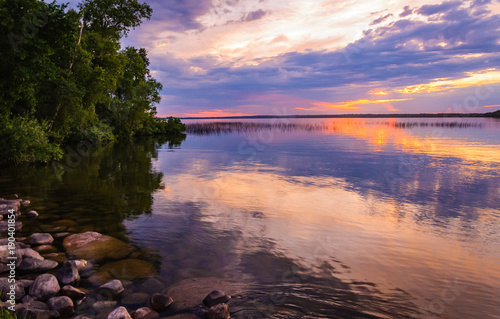 Foto Reflecting clouds and restive colors of a tranquil sunset in Minnesota