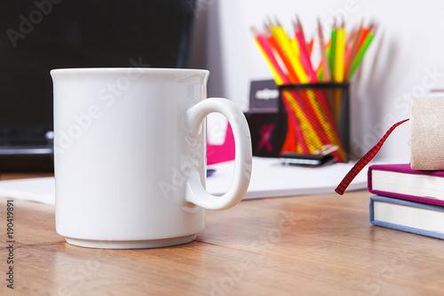 Valokuva  çalışma masasında fincan