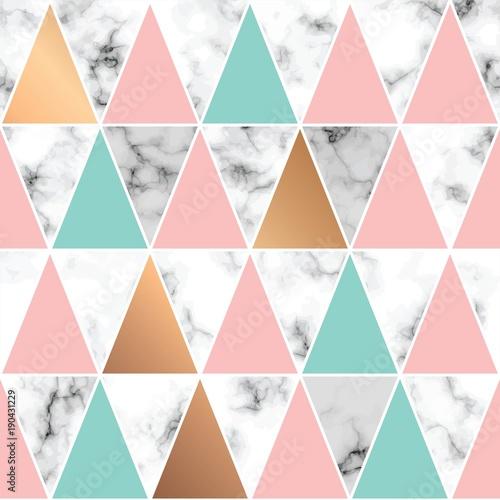 wektorowy-wzor-geometryczny-z-kolorowymi-trojkatami-na-czarno-bialym-marmurowym-tle-powielony-modny-motyw