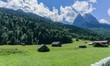 Holzhütten vor Alpenpanorama
