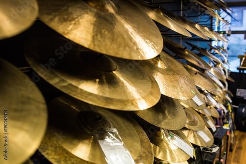 Spoed Foto op Canvas Muziekwinkel cymbals at the music store
