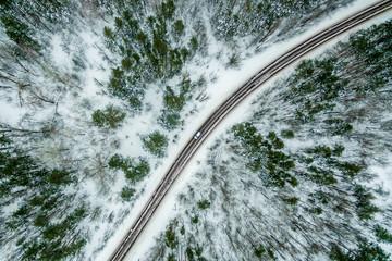 droga przez zimowy las sosnowy. Droga widziana z powietrza. Krajobraz z lotu ptaka. strzelanie z drona