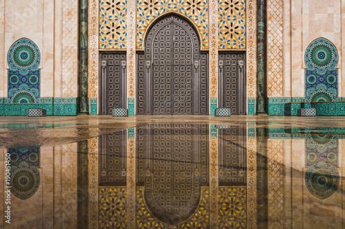 view of Hassan II mosque's big gate reflected on rain water - Casablanca - Moroc Fototapete