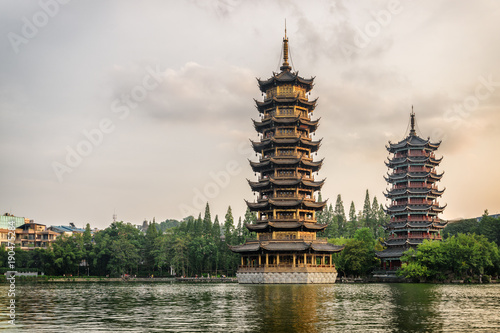 Cuadros en Lienzo Evening view of the Sun and Moon Twin Pagodas, Guilin