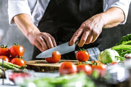 Tela  Chefkoch in der Küche mit Frischem Gemüse(Tomaten)