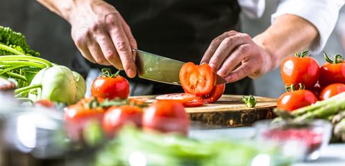 Fototapeta Chefkoch in der Küche mit Frischem Gemüse(Tomaten)