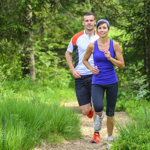 Poster Jogging gemeinsam beim Laufen im Wald