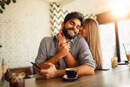 Photo  Portrait of a beautiful couple while having romantic moments in cafe