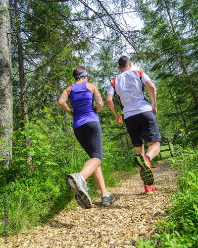 Foto op Aluminium Jogging gelenkschonend laufen auf einem Holzhackschnitzelpfad im Wald