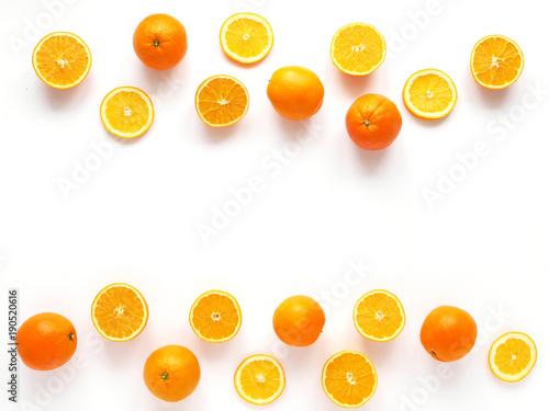 kreatywny-plaski-uklad-owocow-widok-z-gory-pokrojona-pomarancze-odizolowywajaca-na-bialym-tle-tapeta-zywnosci-sklad-wzor-swiezych-owocow-cytrusowych