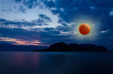 Super Blue Blood Moon Eclipse Lunar Color Sky na tle oceanu i gór natury na plaży