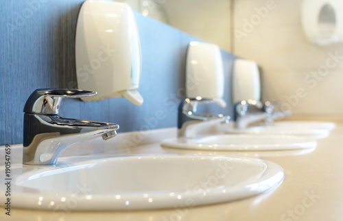 Carta da parati  Silver faucet and white sink