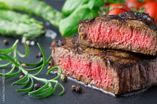 Papiers peints Steakhouse medium rear rib-eye steak with vegetables on slate background