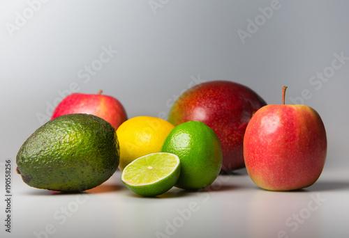 Viele bunte Früchte der Natur © goldencow_images