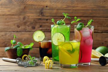 cocktail colorati sfondo qu...