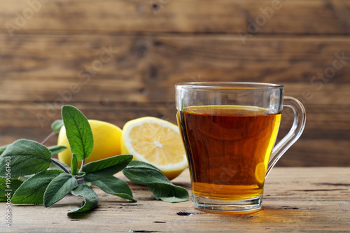 infuso di salvia e limone bicchiere su tavolo di legno Canvas Print