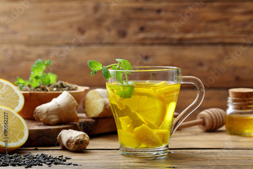 Photo  infuso di limone e zenzero su sfondo un bicchiere con bevanda calda