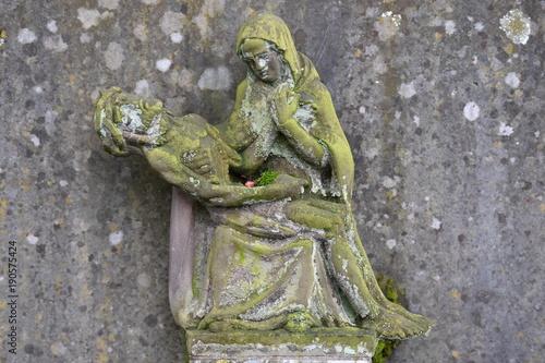 Zdjęcie XXL Wyblakły i pokryty mchem rzeźba Jezusa i Maryi
