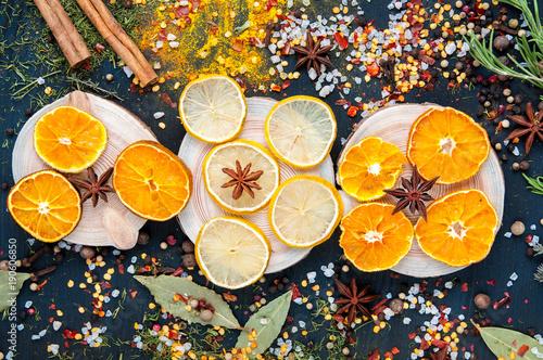 wysuszona-cytryna-mandarynka-anisetree-i-pikantnosc-na-ciemnym-drewnianym-tle