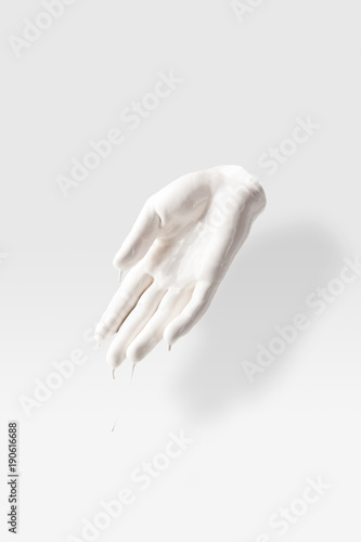 Fotografia abstract sculpture in shape of human palm in white paint on white