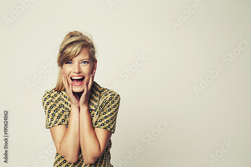 Photo Excited glamour girl in studio, portrait