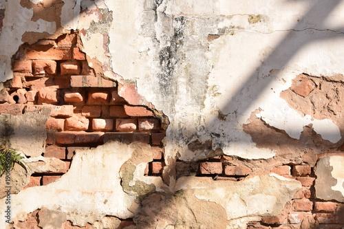 Tijolos aparentes em parede descascada Wallpaper Mural