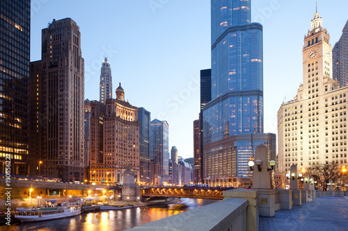 Spoed Fotobehang Centraal-Amerika Landen Cityscape of buildings around the Chicago River, Chicago, Illinois, USA