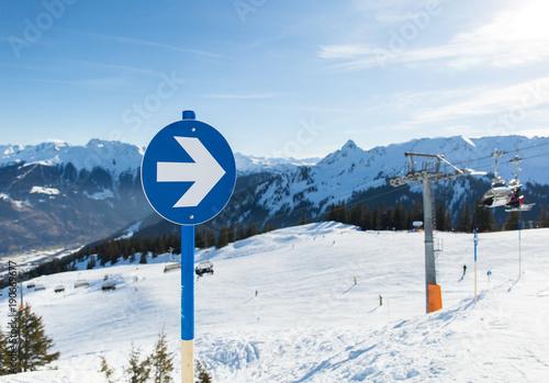 Fotografija Blaue Piste Hinweis mit Ski Lift