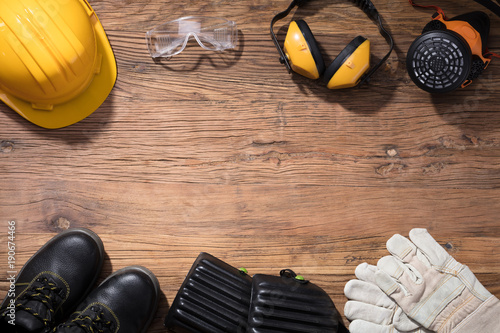 Fotografia  Yellow Hard Hat With Safety Equipment