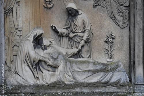 Zdjęcie XXL Rzeźba nagrobna Jezusa Chrystusa, który leczy chorego człowieka