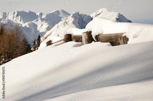 Photo staccionata sotto la neve