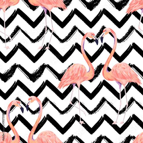 Różowe flamingi na pasiastym, biało-czarnym tle