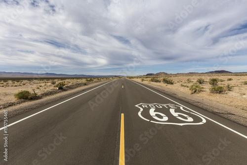 In de dag Route 66 Route 66 crossing the vast Mojave desert near Amboy California.