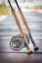 Fliegenruten Und Fliegenrollen Im Detail Auf Einem Bootssteg