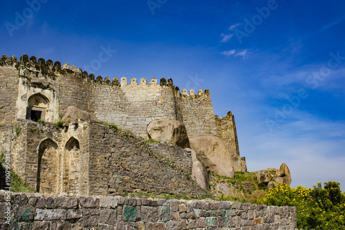Photo  Blue Sky with Wispy Clouds at Golconda Fort in Hyderabad, India