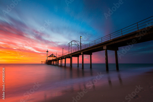 Photo A vibrant sunset at Brighton Jetty in Brighton, Adelaide, South Australia, Austr