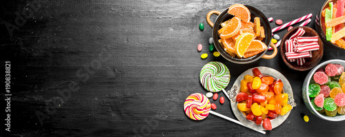 Foto Different sweet candy, jelly and candied in a bowl.