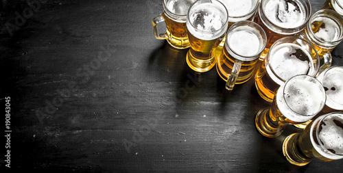 szklanki-z-piwem-na-czarnej-tablicy