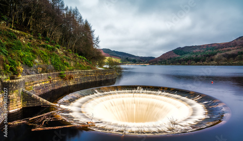 Tableau sur Toile Bell Mouth Overflow Plug Hole at Ladybower Reservoir