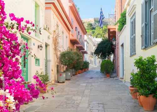 ulica-ozdobiona-pieknymi-kwiatami-ateny-grecja