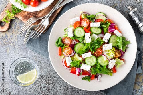 Fototapeta Fresh vegetable salad with feta cheese, fresh lettuce, cherry tomatoes, red onion and pepper obraz