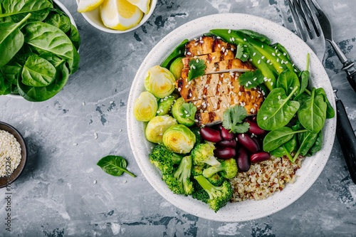 Photo  Healthy buddha bowl lunch with grilled chicken, quinoa, spinach, avocado, brusse