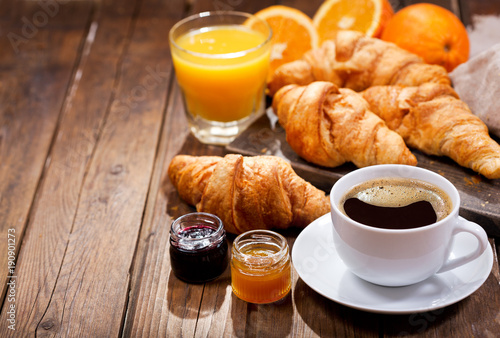 Fotografia breakfast with cup of coffee and croissants