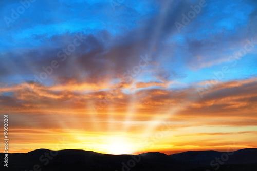 Foto  Land und dramatischer Himmel