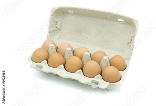 Eierkartion Eier karton isoliert freigestellt auf weißen Hintergrund, Freisteller