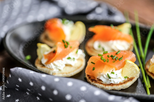 Staande foto Voorgerecht blinis saumon fumés et crème ciboulette